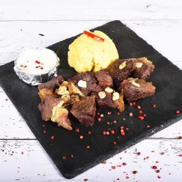 Pastramă de oaie în sos de vin cu mămăliguța și mujdei de usturoi, 300g