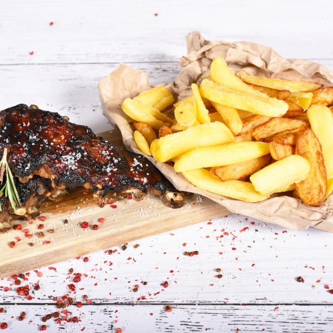 Coaste de porc marinate cu sos barbeque, cartofi prăjiți și salată coleslaw, 700g
