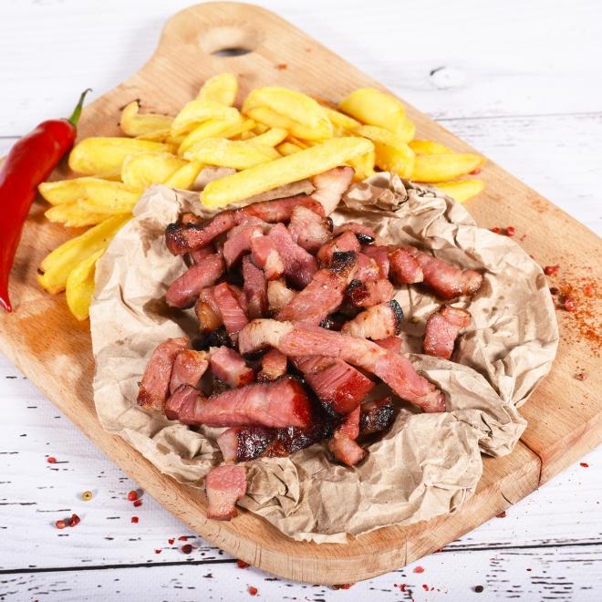 Ceafă de porc afumată trasă la tigaie cu cartofi prăjiți, 350g